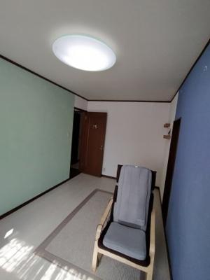 1階の洋室(約7.0帖):西向きの採光が入る明るいお部屋です。アクセントクロスの色もカラフルで可愛いお部屋ですね♪