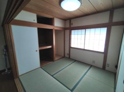 和室(4.5帖):西向きの採光が障子越しに入る明るい和室です。 押入収納・床間もございます。