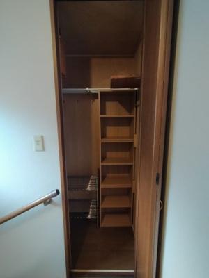3階廊下部分にある収納です。ご家族共有で使うものや掃除機等を収納しておくと便利ですね♪