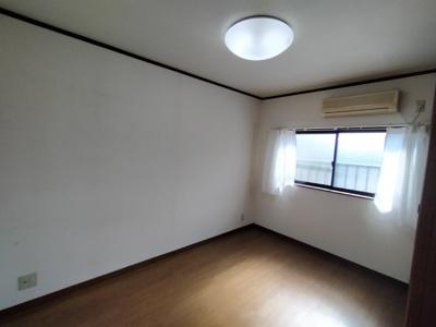 3階洋室(約6.0帖):西向きの西湖湯と通風の入るお部屋です♪