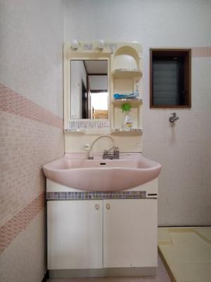洗面室は1階にございます。 窓があるので、湿気も逃がす事ができ採光と通風が取り込めま快適ですね♪