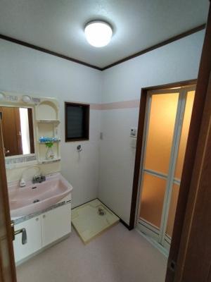 ランドリースペース兼脱衣所は1階にございます。 洗濯機置場もゆとりがありドラム式洗濯機も置けますね♪