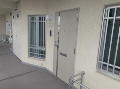玄関扉とマンション共用廊下部分です。