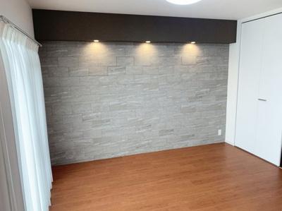 リビング隣の洋室です。約6.2帖です。 こちらもバルコニーからの採光で明かるいお部屋になっています。