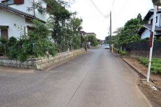 静かな住宅街の道路で安心です