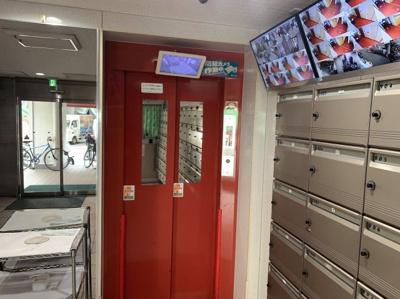 エレベーターです。内部が見えるモニターや防犯カメラモニターがあります。