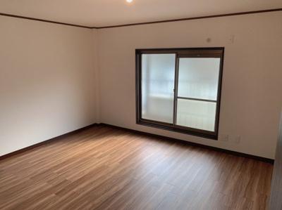 個人の部屋や寝室として使える洋室です。約10帖あるので広々としています。