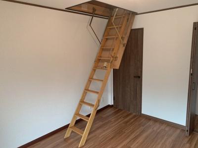 屋根裏収納へ上がれる階段梯子が降ろせます。