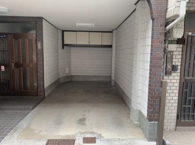 ビルトインガレージです。ハイルーフ車の駐車も可能です。 吊戸棚も設置されています。