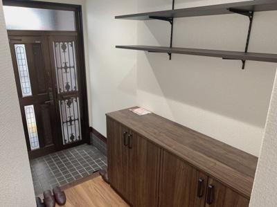 玄関です。棚やシューズボックスがあり、収納豊富です。