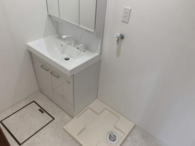 使いやすく清潔感のある独立洗面台です。洗濯機も室内に置けます。