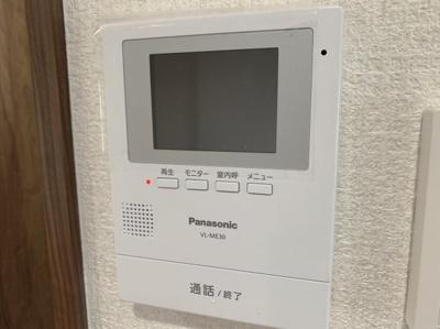 大きな画面付きのインターフォンです。訪問者が確認できて便利です。