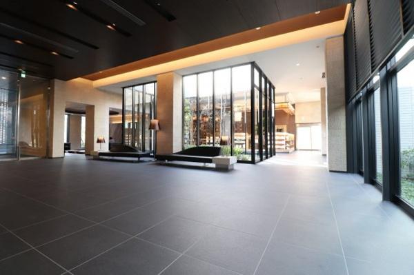 【エントランスホール】明るい開放感に心安らぐ「エントランスホール」。「エントランスラウンジ」もあり、高級ホテルのラウンジに漂うシックで優雅な雰囲気です。