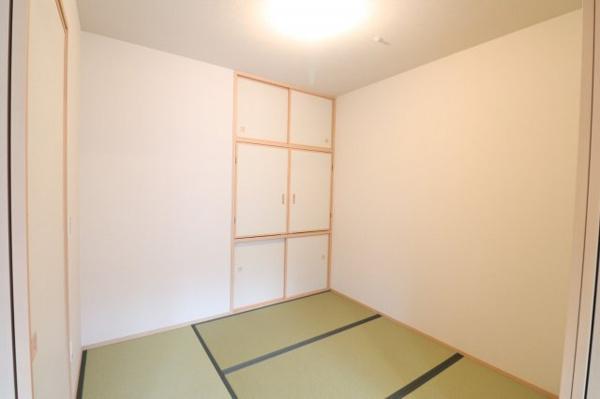 【和室】約4.6帖の和室です!扉を開ければリビングと繋がり、開放感ある空間となります!押し入れ付きで収納もバッチリ!
