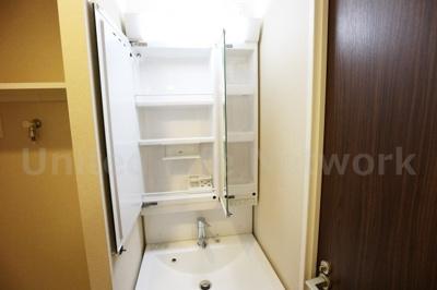 洗面台にも多くの収納