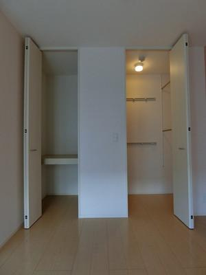 洋室6帖のお部屋にある収納スペース(左)とワンステップクローゼット(右)です♪クローゼットはお洋服もしわにならず、キレイに収納できます☆※参考写真※