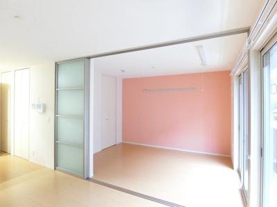 収納スペースとワンステップクローゼットのある南東向き洋室6帖のお部屋です!お洋服や荷物の多い方もお部屋が片付いて快適に過ごせますね♪※参考写真※