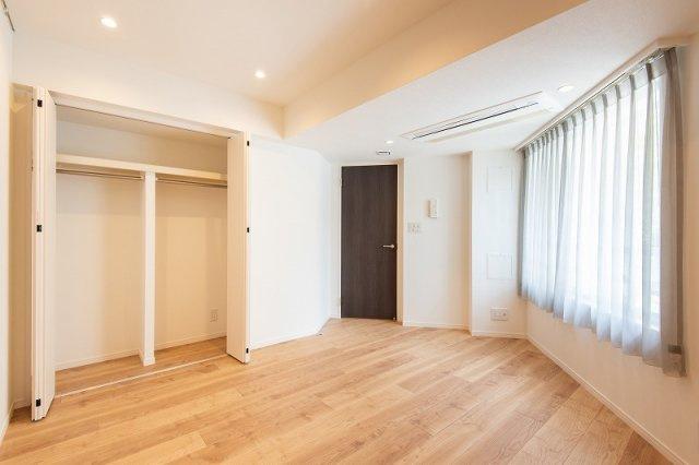 レジオン白金クロスアクシスコート:約8.4帖の洋室にはクローゼット・窓が付いております!