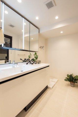 レジオン白金クロスアクシスコート:三面鏡が付いた明るく清潔感のある洗面化粧台です!