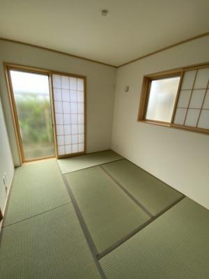 リビングから続き間になった和室。廊下からも直接出入りできる2WAY動線なので、個室として、リビングの延長として、様々な用途に便利にお使いいただけます※令和3年7月現地撮影