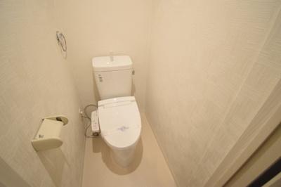 シンプルで白が基調のトイレです。