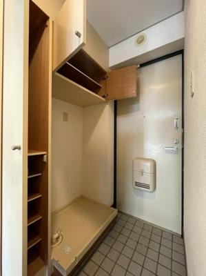 キッチンとお部屋は両開き戸で仕切られます(同タイプ別室の画像です)