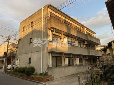 鉄筋コンクリート打放しのモダンな建物です 広いバルコニー付き
