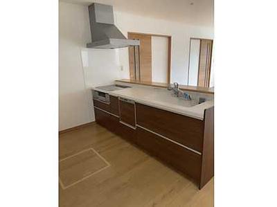 【設備がポイント!】 IHクッキングヒーター、食洗機、浄水機付きの システムキッチン。 床下収納もあり使いやすいキッチンです。