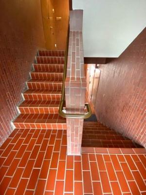 信濃町スワローズマンションの階段です。