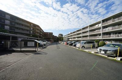 マンション敷地内駐車場の様子です。詳細はお問い合わせください。