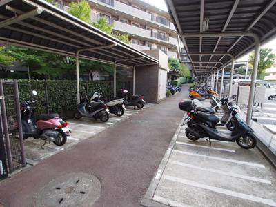 マンション敷地内バイク置き場の様子です。詳細はお問い合わせください。