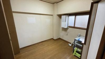 玄関横の洋室です☆5帖ございます。