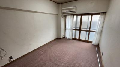 リビング部分になるカーペット付き洋室です。