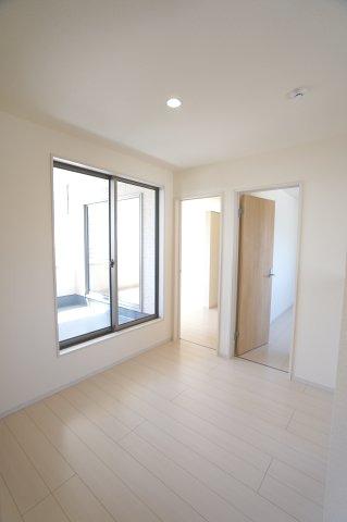 【同仕様施工例】2階ホールからバルコニーへ出入りできます。