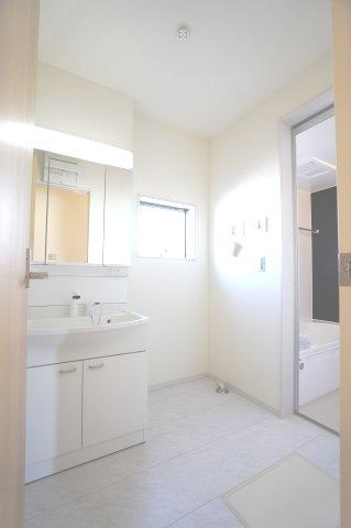 【同仕様施工例】使い勝手のよいシンプルな洗面化粧台です。