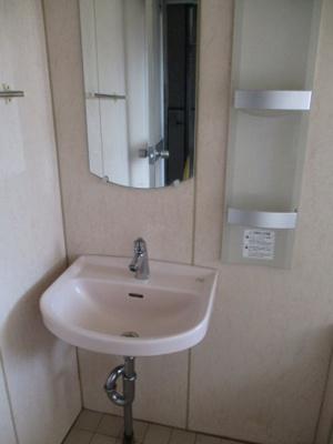 浴室内には洗面台・鏡付です。