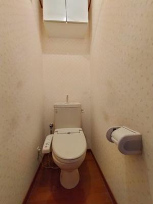 2階のトイレには収納がございます。温水洗浄付き便座完備です。