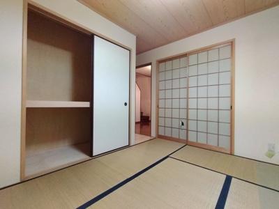 1階和室には布団等の収納に便利な押入収納がございます。 ガレージからのに御濾器にも便利なお部屋です。