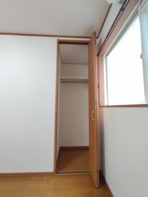 1階洋室(5帖)にある収納です。 奥行があり大きなハンガーでも楽に欠ける事ができますよ♪