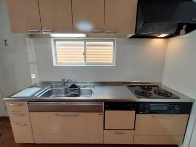 キッチンには窓があり採光と通風が取り込め快適ですね♪ 調理台も広く収納もたっぷりついているシステムキッチンです♪ 効率よくお料理できる3口コンロも魅力的ですね♪