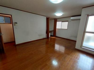 2階のLDK(15帖):南向きバルコニーに面した明るいLDKです♪ 窓が多く通風良好ですよ♪