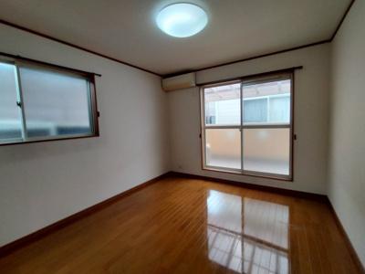 3階洋室(7帖):南と東の2面採光が入る明るいお部屋です。 バルコニーに出る事ができリフレッシュできますね♪