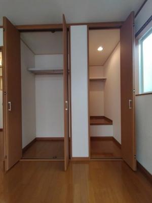 3階洋室(7帖)にある収納です。 奥行のあるクローゼットが2コございます。お部屋がスッキリ片付きますね♪
