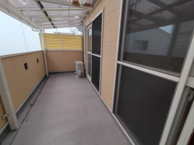 3階のバルコニーです。南向きで陽当たり良好です。屋根付ですので、雨で濡れる事もないですよ♪