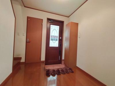 玄関入って右にはトイレがあり、帰宅後すぐに用を足す事ができます♪ 採光を取り込める玄関ドアで大変明るい玄関です。