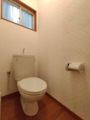1階のトイレ:窓があり採光と通風が取り込め快適にご利用いただけます◎