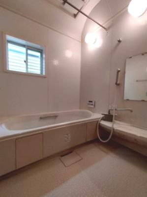 浴室には窓があるので、採光と通風を取り込む事ができますね♪