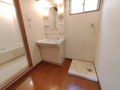 ゆとりの洗濯機置場があるので、ドラム式洗濯機も置く事ができますね♪