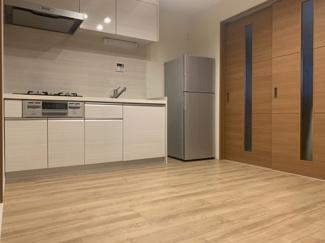 ダイニングキッチン部分です。平成30年にフローリング張替え、キッチン新規交換、建具も一新しております。