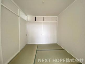真ん中の和室4.5帖です♪大きな押入れも設けられており、たくさんの収納ができますね(^^)畳表替え済みです♪